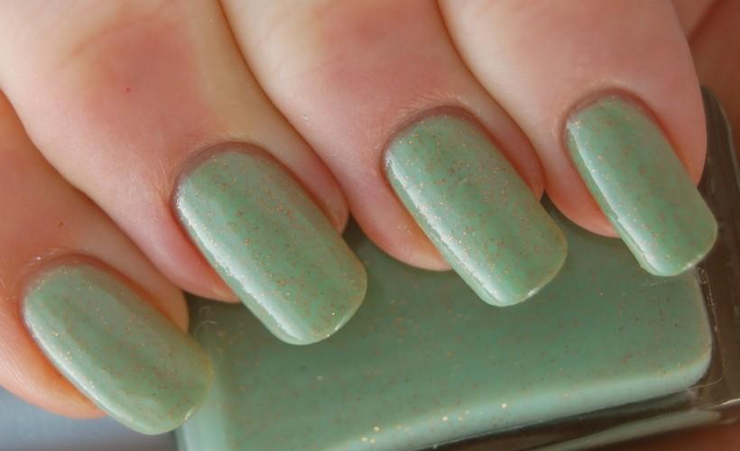 Light_green_nail_polish